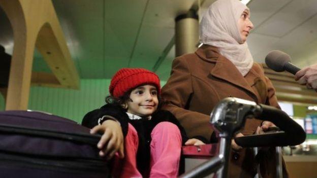 Yasak nedeniyle havaalanında bekleyenler