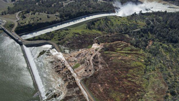 Vista aérea da represa inundada