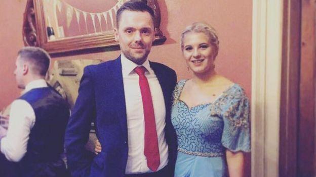 Fotografía de Phoebee y su novio Scott