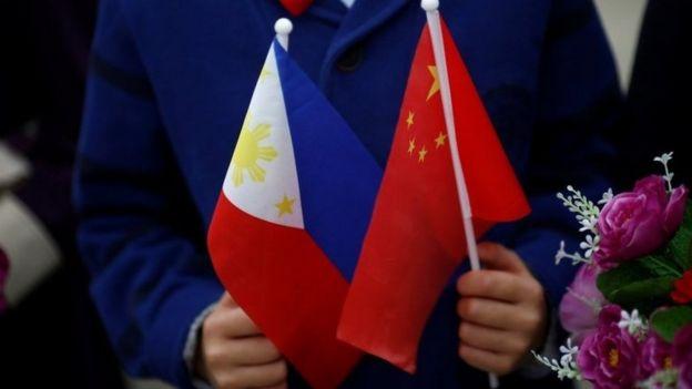 Trẻ em vẫy cờ hoa đón ông Duterte tại Bắc Kinh 20/10/ 2016.