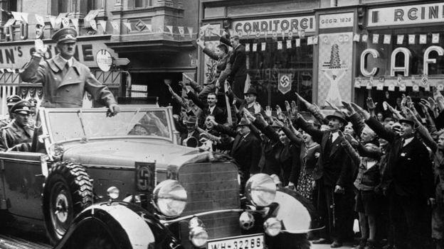 Adolfo Hitler saludando a la gente