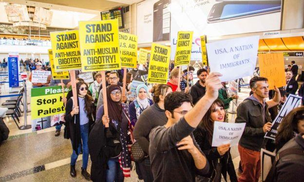 La orden de Trump fue recibida con protestas.