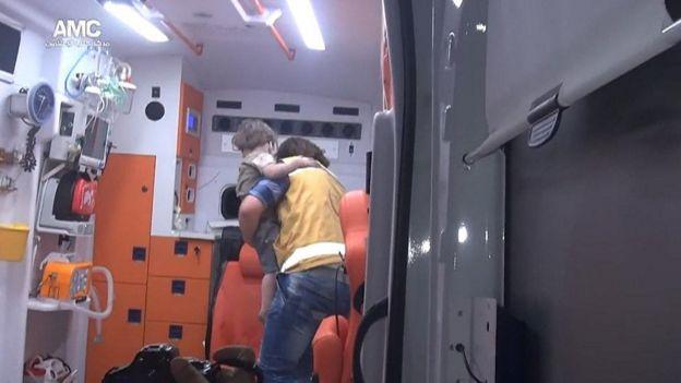 Imagem dentro de ambulância mostra menino resgatado de prédio bombardeado em Aleppo