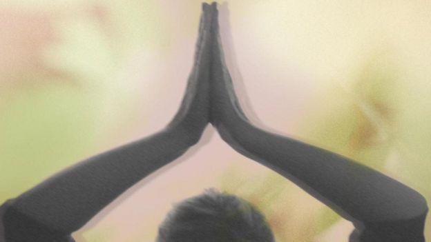 Una persona en posición de yoga