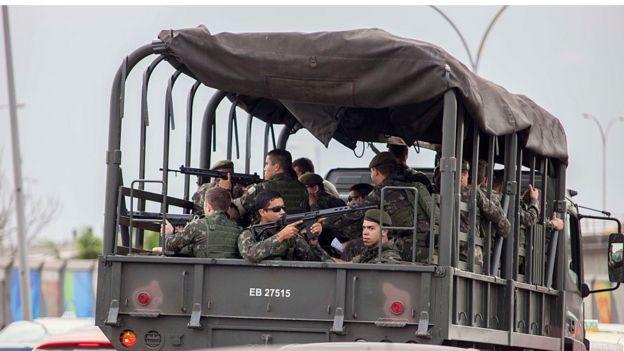 Militares em caminhão armados a caminho da Maré