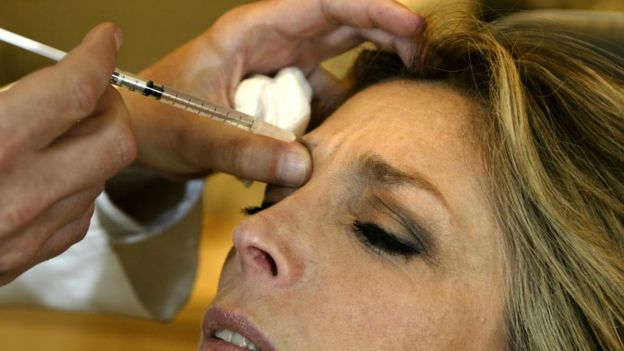 Mujer inyectada con Botox