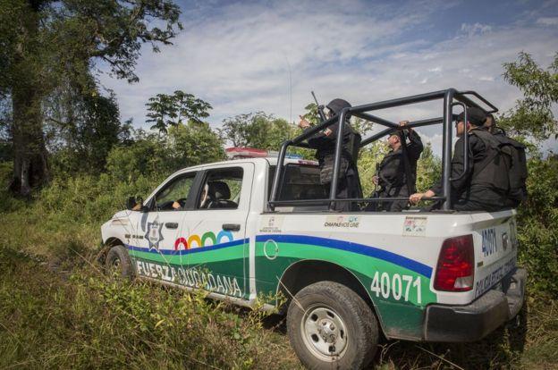 墨西哥警察將車停在邊界附近