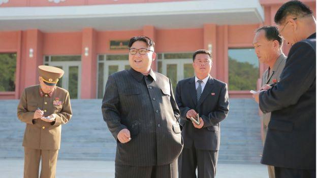 Fotografias difundidad por la agencia oficial de noticias de Corea del Norte en junio de 2016, que muestra a Kim Jong un fumando en el campo infantil de Mangyongdae en Pyongyang.