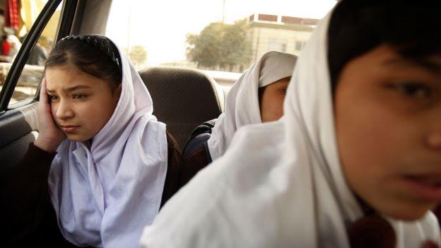 Niñas en un autobús en Afganistán rumbo al colegio