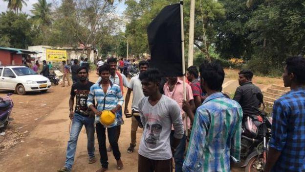 அலங்காநல்லூரில் கறுப்பு கொடியுடன் போராட வந்த இளைஞர்கள்
