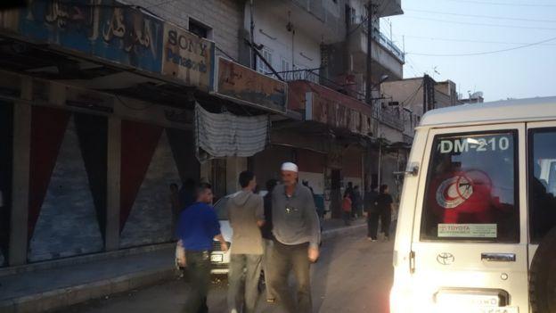 Hombres caminan frente a tiendas en Madaya