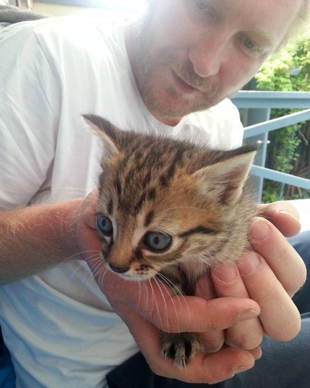 Luke Brett Moore con un gato