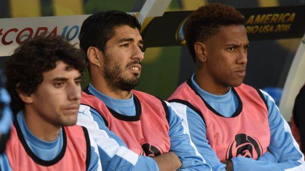 Mathias Corujo, Luis Suarez y Abel Hernandez en el banco de suplentes