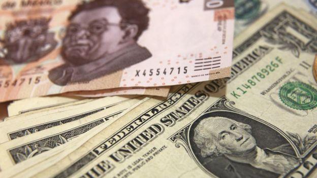 Billetes de pesos mexicanos y dólares
