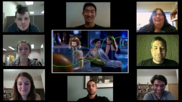Expresiones faciales de distintas personas viendo un anuncio de M&Ms.