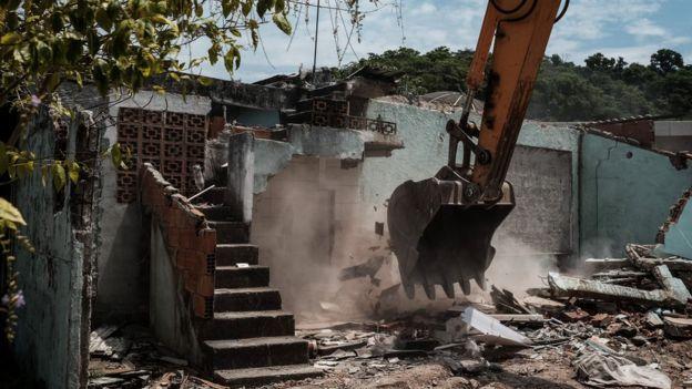 Destrucción de vivienda en favela para abrir espacio para las instalaciones olímpicas