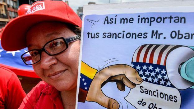 Una venezolana protesta por las sanciones de EEUU a funcionarios venezolanos