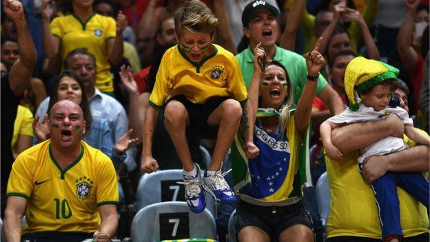 Hinchas brasileños gritando durante un partido en Río 2016.