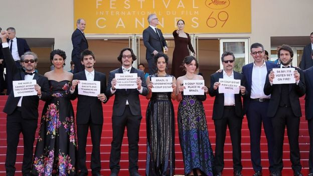 Elenco do filme Aquarius protesta no final de cinema de Cannes