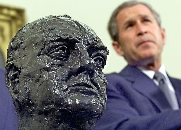El busto de Churchill estuvo en el despacho oval durante años.
