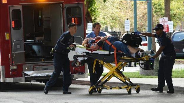 Un herido es llevado en ambulancia.
