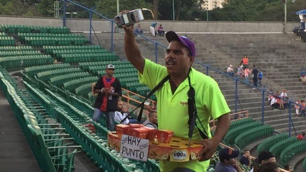 Un vendedor de cervezas y snacks