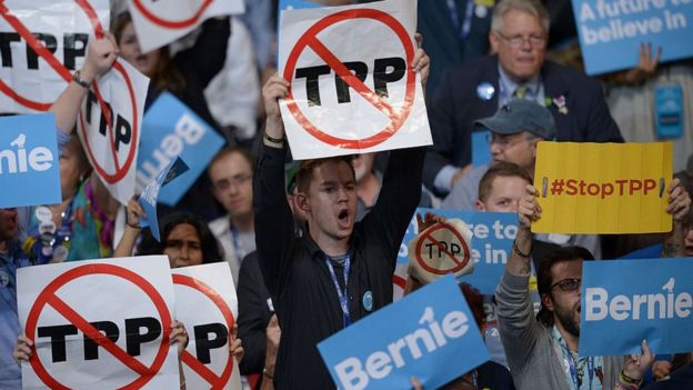 民眾在集會中舉起反對TPP的標語