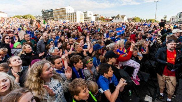 Տասնյակ հազարավոր երկրպագուներ դիմավարում են Իսլանդիայի ֆուտբոլի ազգային հավաքականին. տեսանյութ