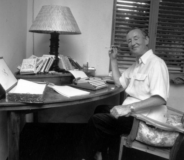 Иен Флеминг на своей вилле на Ямайке