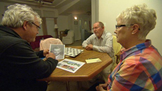 El periodista de la BBC Darragh MacIntyre con Helen y Jim, excompañeros de clase de Earl Roger Curry.