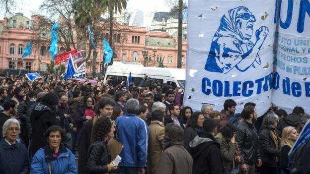 Hundreds of supporters in the Plaza de Mayo followed the van carrying Hebe de Bonafini after a judge ordered her arrest. 4 Aug 2016