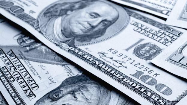 Notas de dólar empilhadas