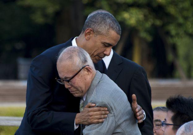 Obama abraza a Shigeaki Mori, sobreviviente de la bomba atómica de Hiroshima en 1945.