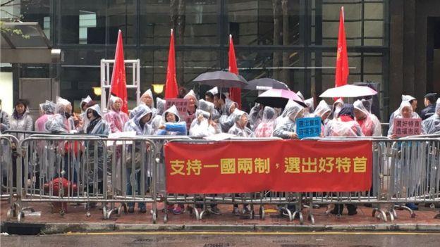 會場外有多個親中團體集會,記者目測約有數百人