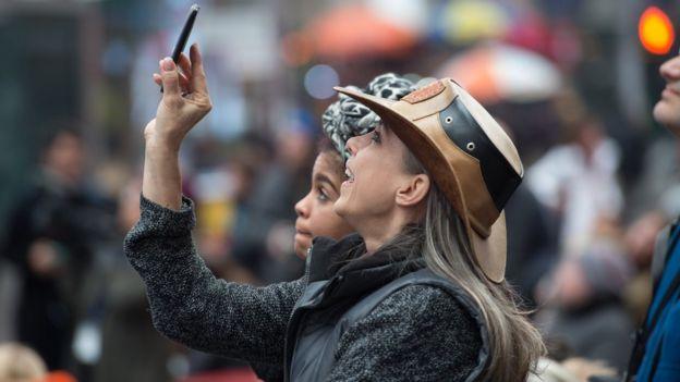 Mulher assiste à posse na Times Square, em Nova York