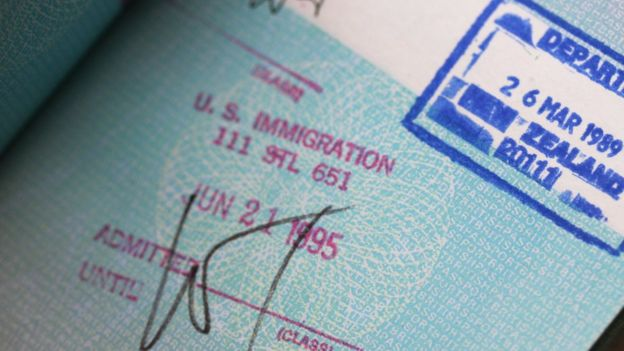 Sello migratorio estadounidense en un pasaporte.