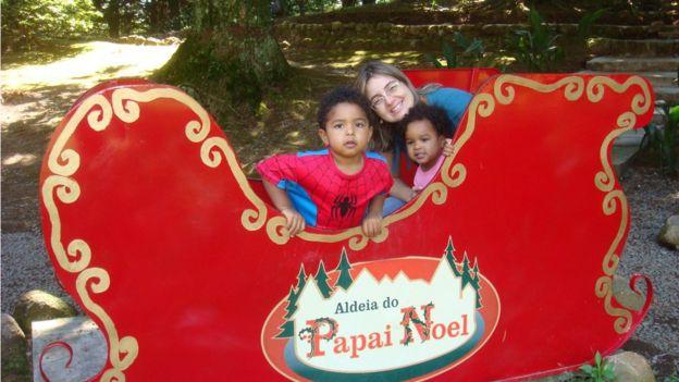 Karina Teles com os filhos