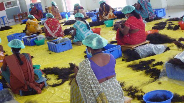 Taller de desenredo de pelo. La mayoría están basados en India, Bangladesh y Birmania.