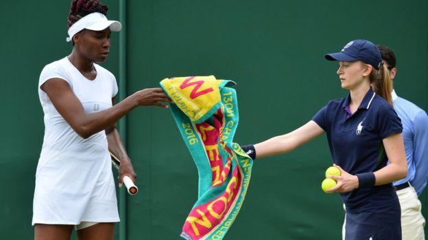 Venus Williams recibiendo una toalla.