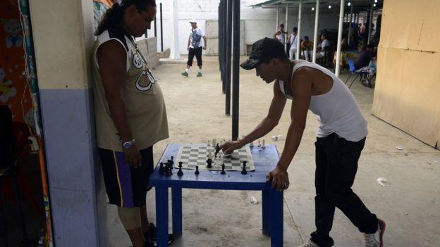 Dos reos jugando ajedrez