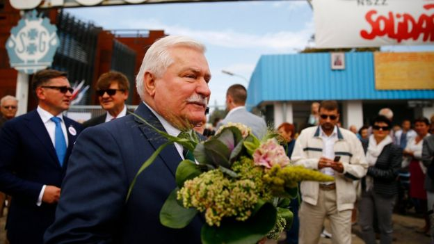 Lech Walesa walks with flowers during Solidarity's 34th anniversary in front of the gate to the historic shipyard in Gdansk, Poland (31 August 2014)