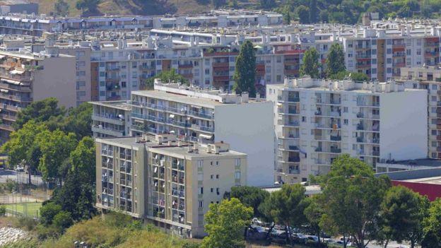 Les cités HLM ( habitation à loyer modéré ) , comme celle-ci, Ariane, à Nice. abritent de nombreuses personnes issues de l'immigration