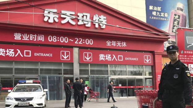 3月17日,警方驻守在北京的乐天超市外。
