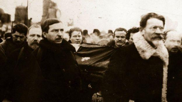 Các lãnh đạo cộng sản Liên Xô đưa quan tài Lenin từ ga Paveletsky về Dom Soyouson, tháng 1/1924