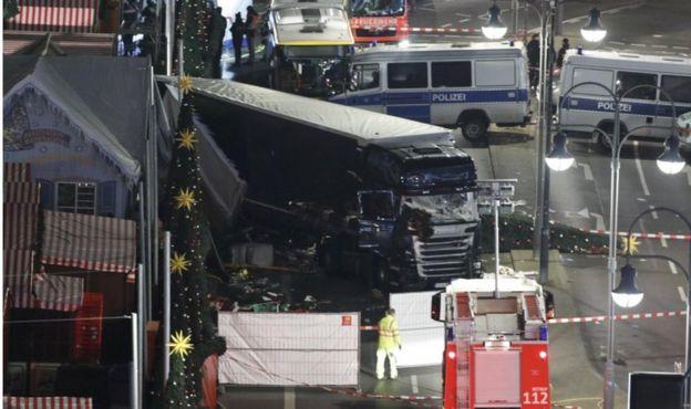 遠景照片顯示卡車衝撞後的柏林布賴特施德廣場聖誕市集