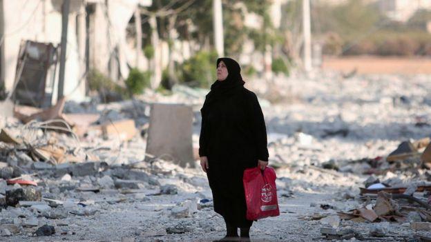 Mulher observa destruição em Aleppo