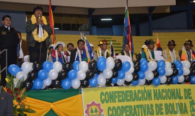 Evo Morales con cooperativistas en una proclamación.