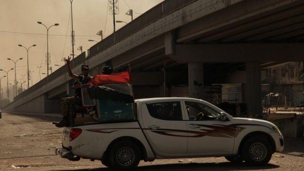Soldados iraquíes patrullan alegremente las calles de Faluya, tras recuperar el control de la ciudad.