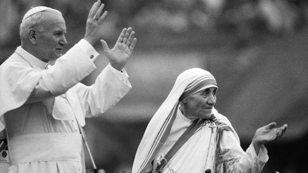 La Madre Teresa y Juan Pablo II en el hogar de Nirmal Hriday, en Calcuta, en 1986
