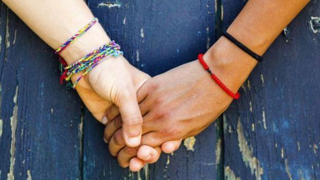 Lesbianas tomadas de la mano
